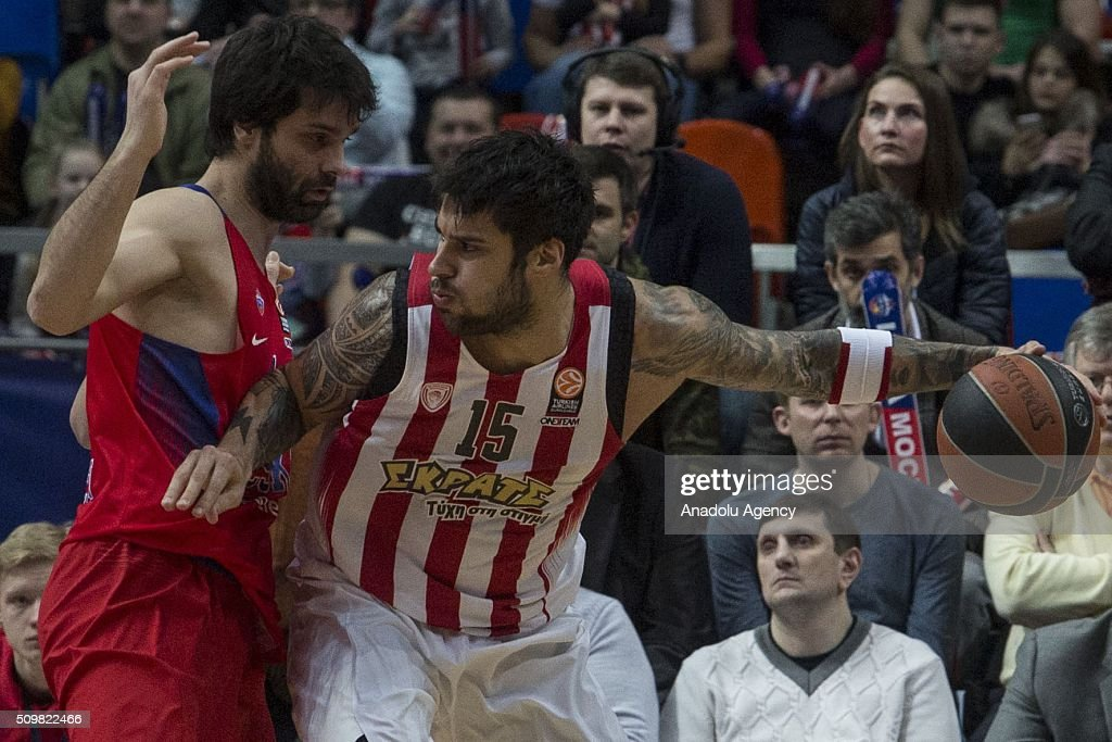 Giorgos Printezis #15 of Olympiacos Piraeus in action against Milos Teodosic (L) of CSKA Moscow during the Turkish Airlines Euroleague Basketball Top 16 Round 7 game between CSKA Moscow v Olympiacos Piraeus at Megasport Arena on February 12, 2016 in Moscow, Russia.