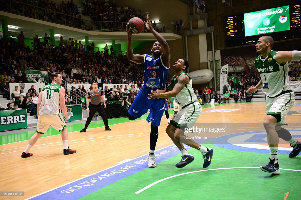 Giovan Oniangue of Paris Levallois takes on Gerald Robinson of Nanterre during the basketball French Pro A League match between Nanterre and Paris Levallois on May 5, 2016 in Nanterre, France.