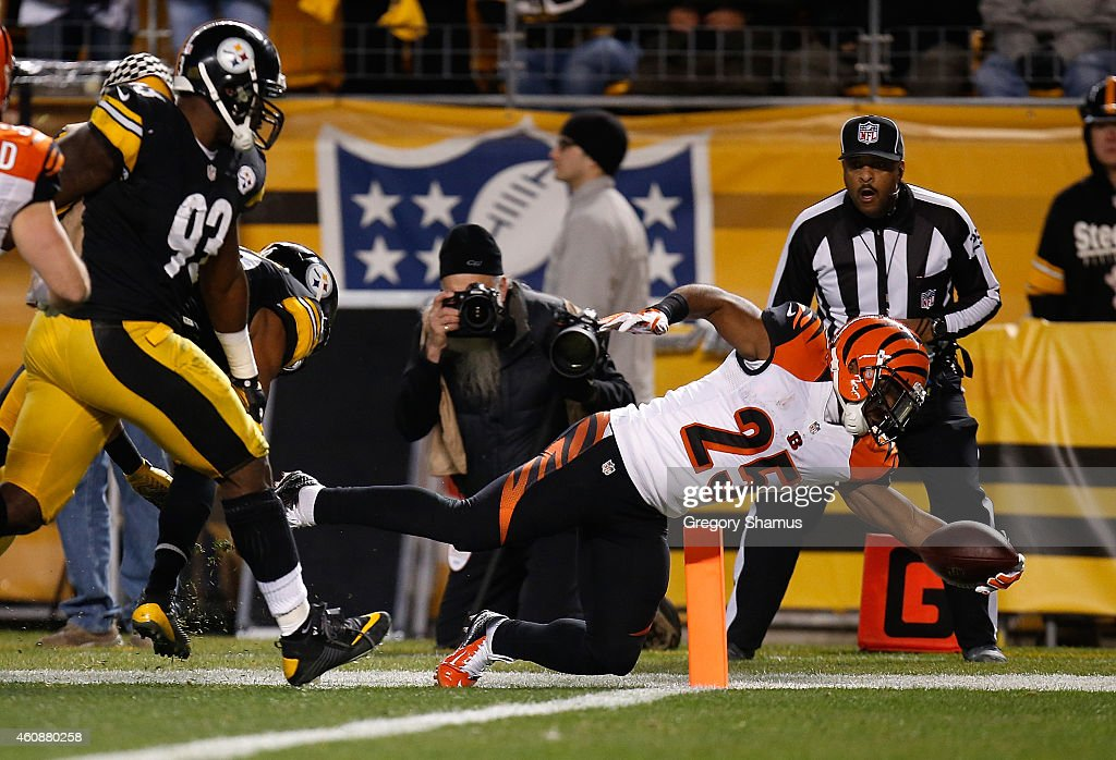 Giovani Bernard #25 of the Cincinnati Bengals dives for a touchdown in front of Jason Worilds #93 of the Pittsburgh Steelers during the first quarter at Heinz Field on December 28, 2014 in Pittsburgh, Pennsylvania.