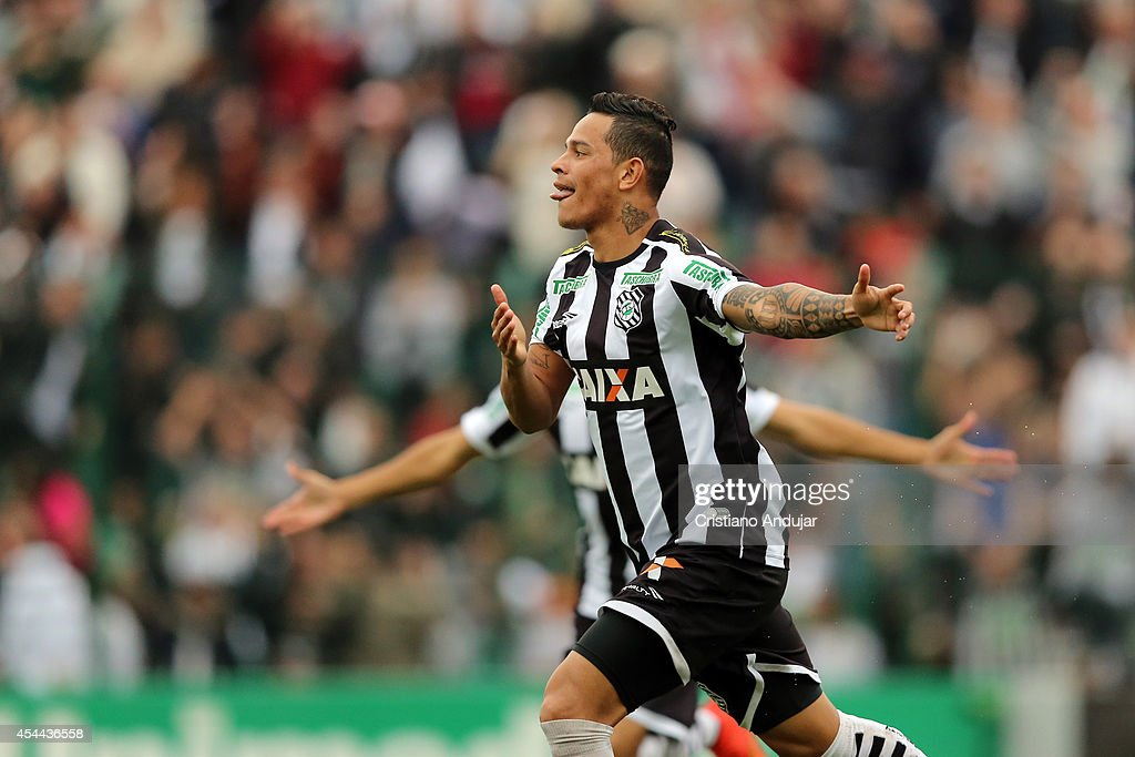 Giovanni Augusto #10 of Figueirense celebrate his goal, first of the match, during a match between Figueirense and Sao Paulo as part of Campeonato Brasileiro 2014 at Orlando Scarpelli Stadium on August 31, 2014 in Florianopolis, Brazil