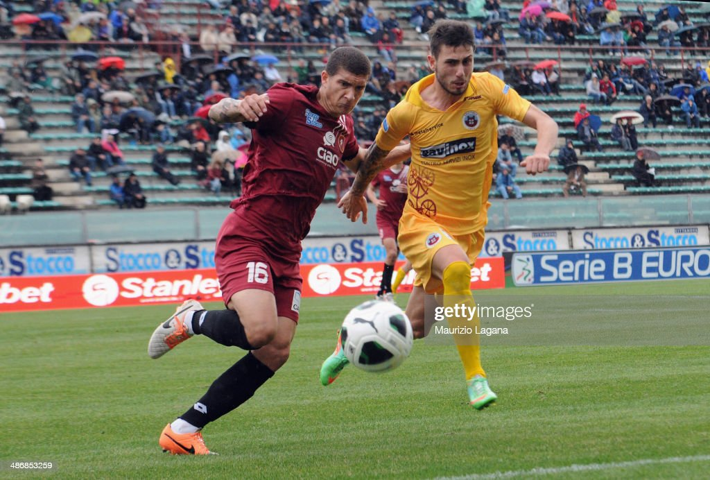 Giovanni Di Lorenzo of Reggina competes for the ball with Gianmario Piscitella of Cittadella during the Serie B match between Reggina Calcio and AS...