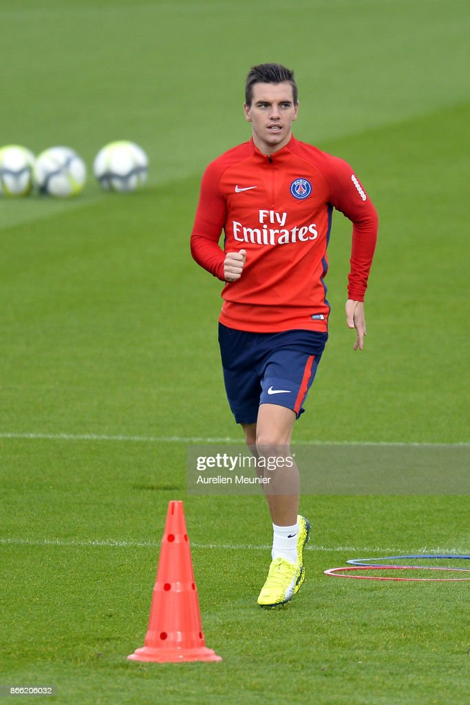 Giovanni Lo Celso of Paris Saint-Germain warms up during a Paris Saint-Germain practice session at Centre Ooredoo on October 25, 2017 in Paris, France.