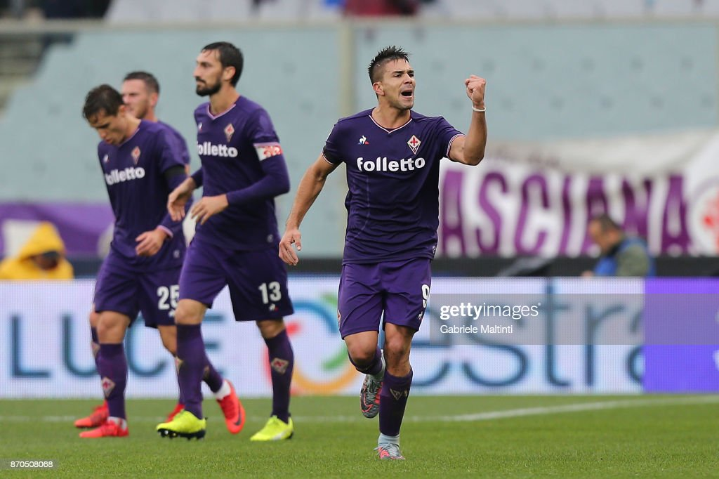 Giovanni Simeone of ACF Fiorentina celebrates after scoring a goal during the Serie A match between ACF Fiorentina and AS Roma at Stadio Artemio Franchi on November 5, 2017 in Florence, Italy.
