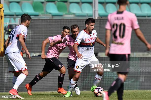 Giovanni Simeone of Genoa in action during the Serie A match between US Citta di Palermo and Genoa CFC at Stadio Renzo Barbera on May 14 2017 in...