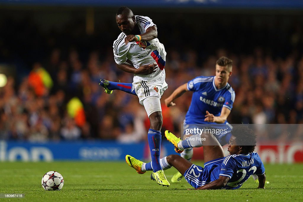 Giovanni Sio of FC Basel clashes with <a gi-track='captionPersonalityLinkClicked' href=/galleries/search?phrase=Willian+-+Soccer+Player+for+Chelsea+and+Brazil&family=editorial&specificpeople=9886576 ng-click='$event.stopPropagation()'>Willian</a> of Chelsea during the UEFA Champions League Group E Match between Chelsea and FC Basel at Stamford Bridge on September 18, 2013 in London, England.