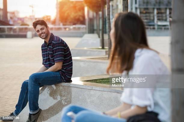 Meisje en jongen kennismaking met elkaar