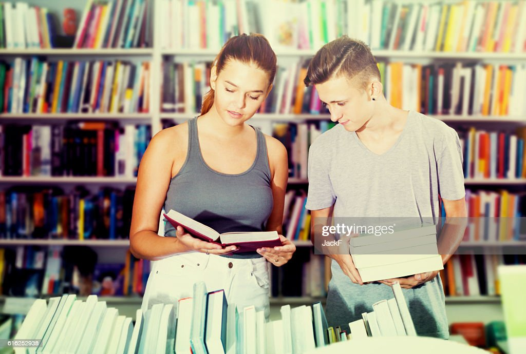 Girl and boy in book store : Foto de stock