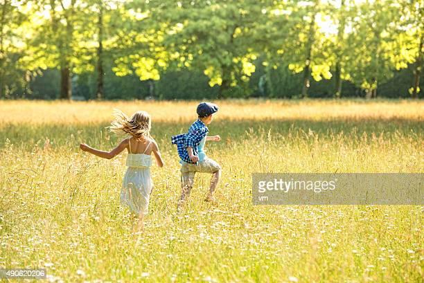 Mädchen und Jungen, die eine goldene meadow