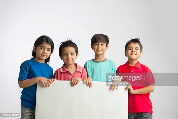 Menina (4-5) e rapazes (4- 5, 6- 7) Retrato de grupo