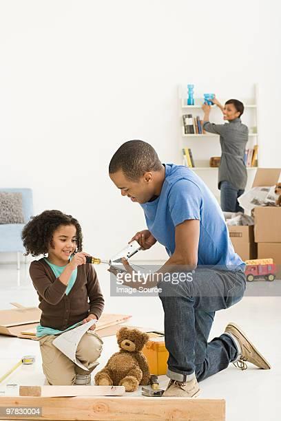 Fille et père de l'assemblage de meubles