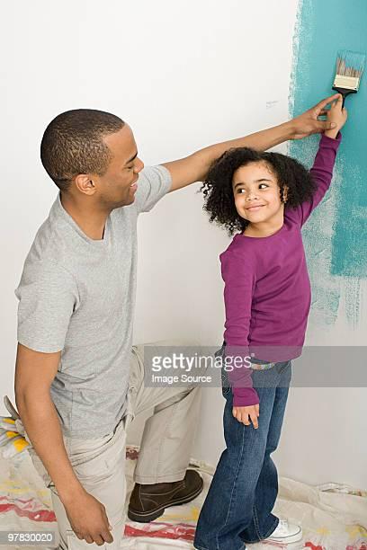 Ragazza e padre dipinto di una parete