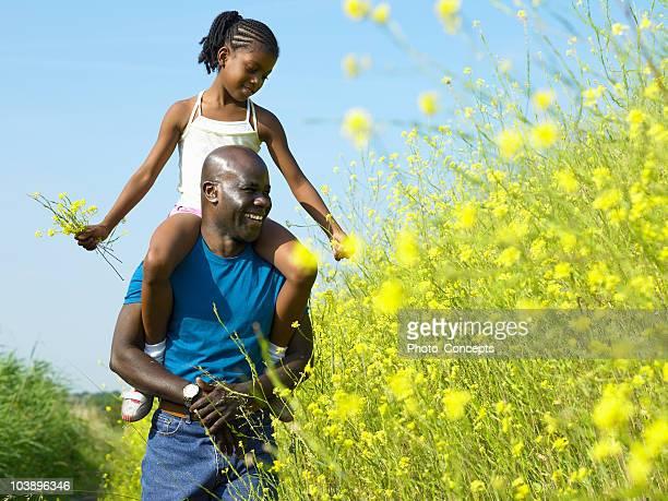 Fille et père dans un champ de course