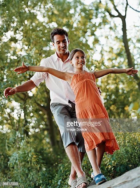 Mädchen mit Vater auf einen log