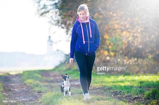 女性と彼女の犬のお散歩の公園