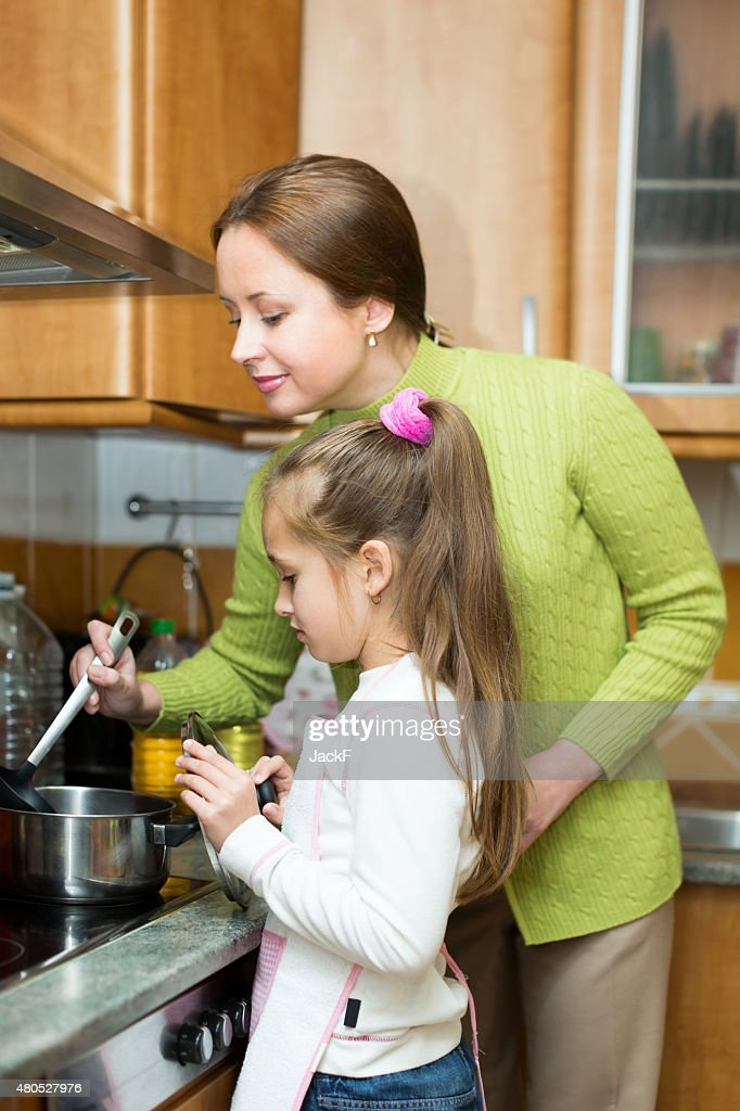 girl and mother making soup : Bildbanksbilder