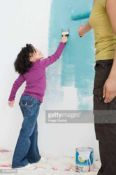 Girl e madre dipinto di una parete