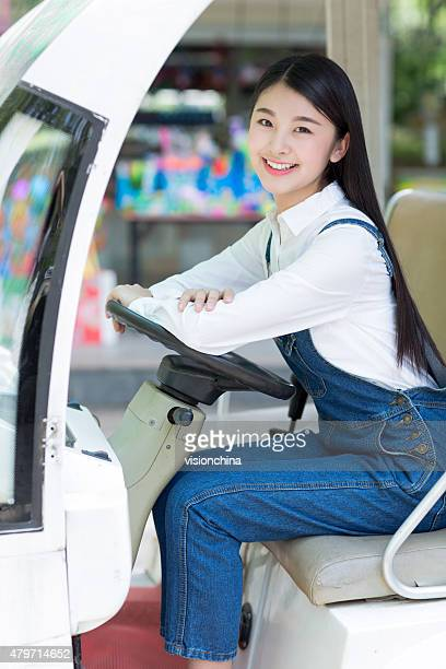 Fille touristique et véhicules