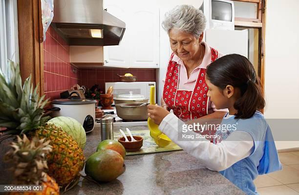 Mädchen (6-8) Unterstützung Großmutter in der Küche, Seitenansicht