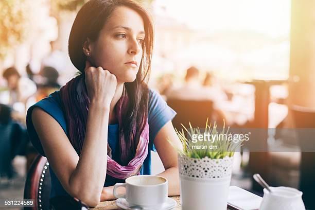 Mädchen in Kaffeepause