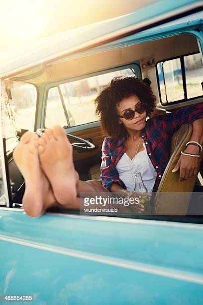Fille pieds nus dans la voiture