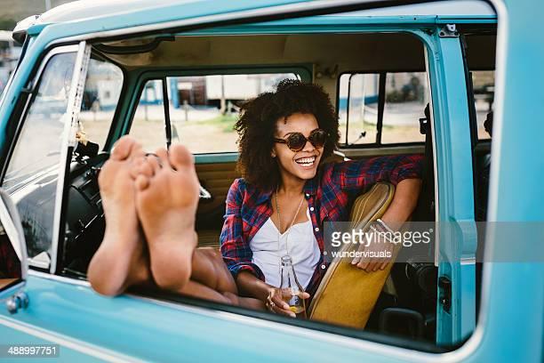 Girl – Barfuß im Auto