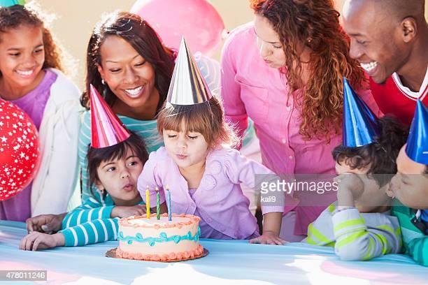 Chica soltando vela de cumpleaños