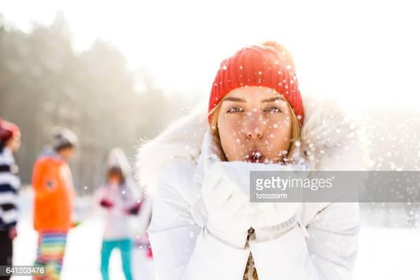 Mädchen Schneegestöber in Händen