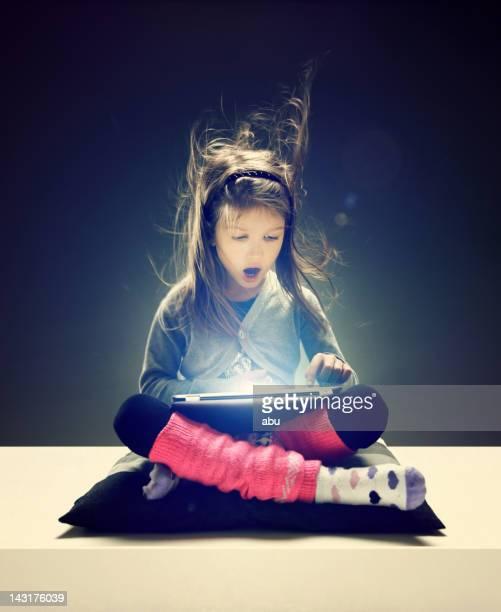 Menina navegar internet no dispositivo electrónico