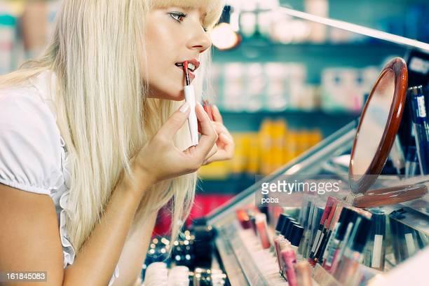 Femme acheter et les essais de produits cosmétiques