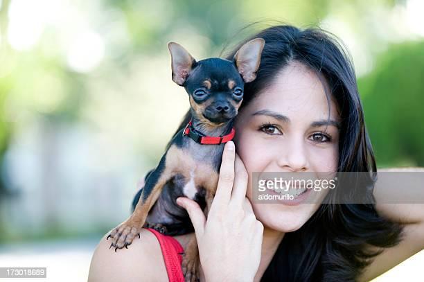 Mädchen tragen ein Hund