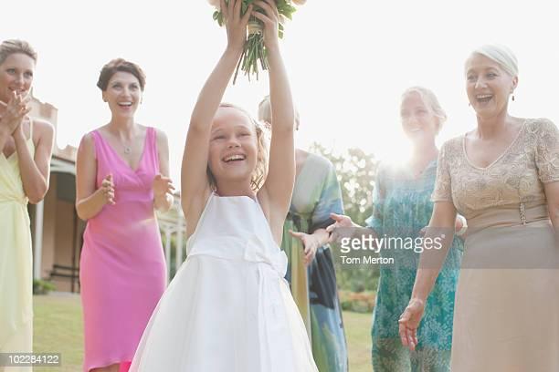 Mädchen fangen Brautstrauß