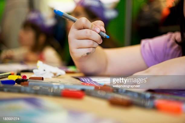 Mädchen mit Farben zeichnen