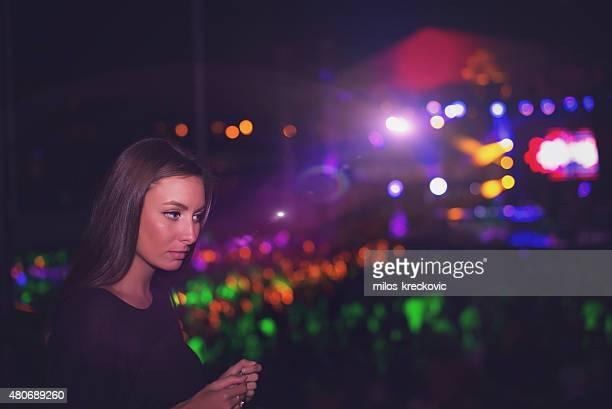 Mädchen Tanzen beim Konzert