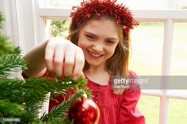Fille Décorer le sapin de Noël