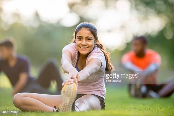 Ragazza facendo esercizio di stretching gamba