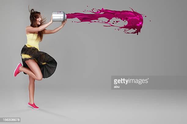 Fille faisant splash avec un seau de peinture