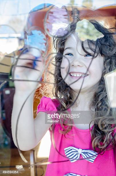 Mädchen Zeichnung auf die Fenster des Wohnzimmers
