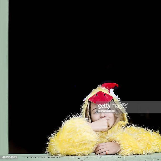 Petite fille à la fenêtre, paré de chick costume jaune
