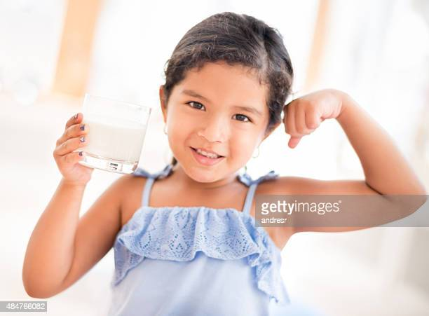 Mädchen, trinken ein Glas Milch