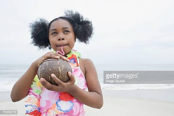 Fille boire de la noix de coco