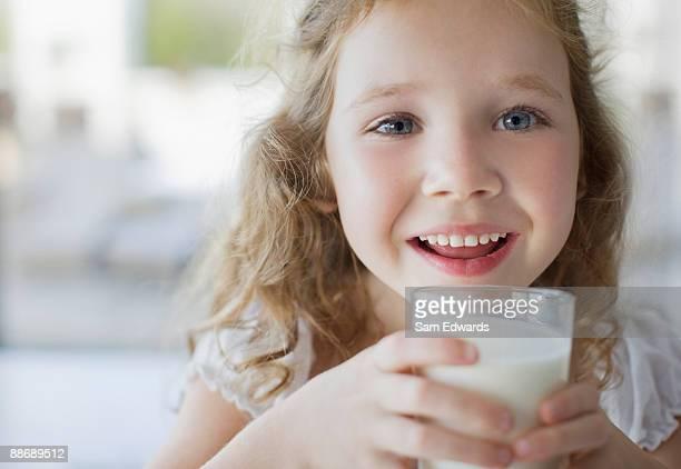 Fille boire un verre de lait