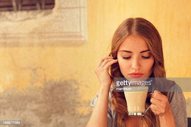 Mädchen trinken latte