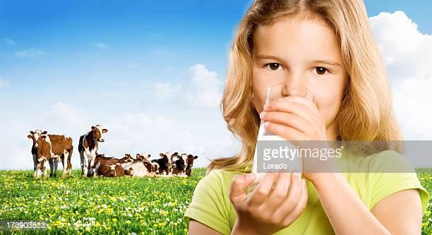 Fille buvant du lait