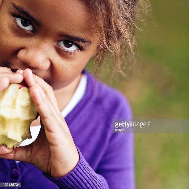 Menina comer maçã