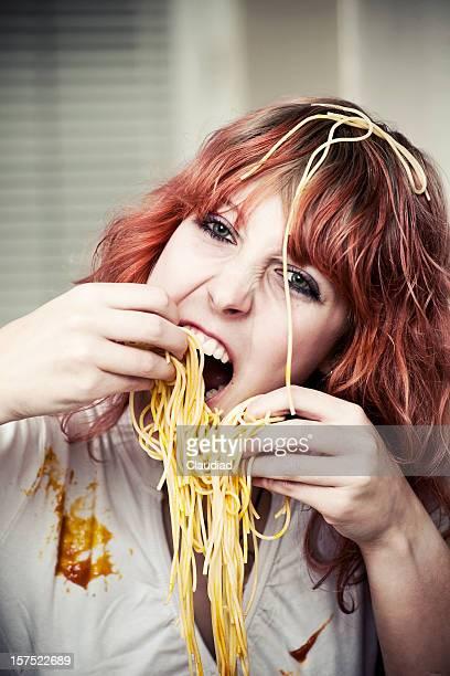 Jeune femme manger des spaghettis