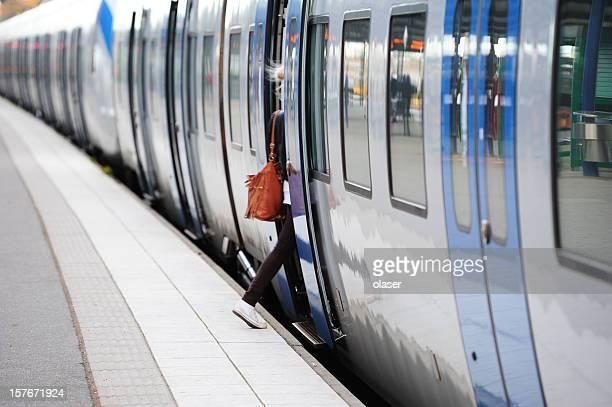 Girl 入り鉄道、日中のモーションブラー写真