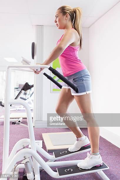 Ragazza esercizio fisico nella palestra