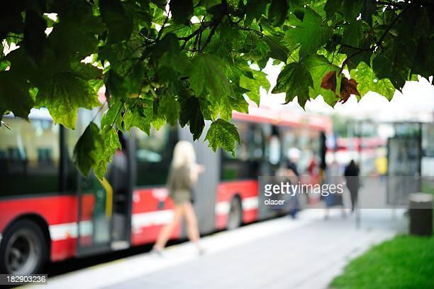 Girl saliendo de autobús rojo
