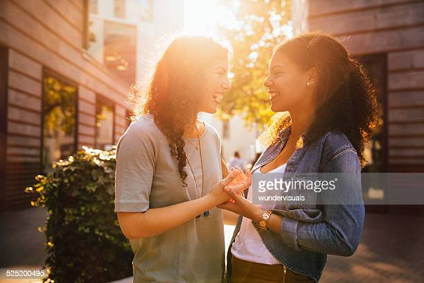 Mädchen Freunde treffen und lachen Sie gemeinsam In der Stadt