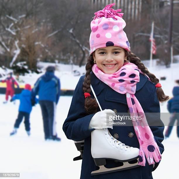 Bambina preparando per andare Pattinaggio su ghiaccio